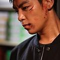 劇照_《同窗生》男主角T.O.P臉上化受傷妝沒料到手也掛彩.jpg