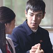 劇照_《同窗生》男主角T.O.P飾演明勳為了妹妹李慧茵出生入死,讓團員G-DRAGON吃味