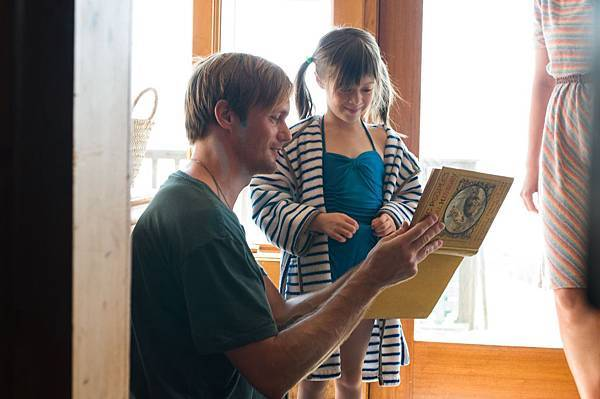 《梅西的世界》劇照_梅西的繼父(亞歷山大史柯斯嘉飾)照顧梅西.jpg