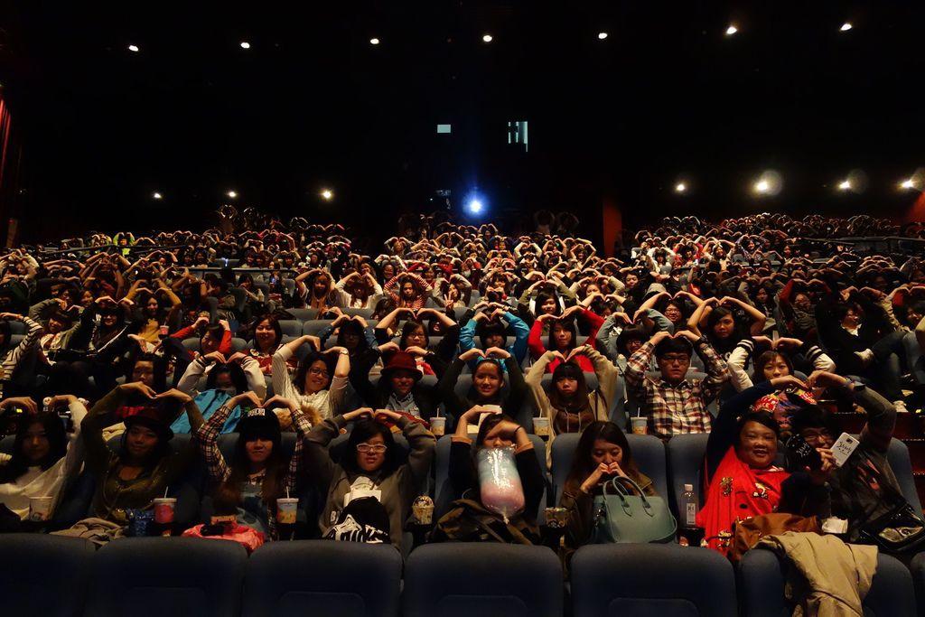 照片_《同窗生》四百多位粉絲參加《同窗生》搶先看活動對偶像T.O.P比愛心手勢