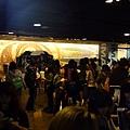 照片_《同窗生》粉絲排隊與T.O.P 一比一等身比例的立體座拍照