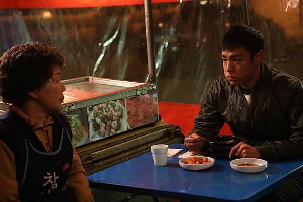 劇照_《同窗生》T.O.P在路邊攤大口大口吃飯的模樣讓觀眾噗哧一笑