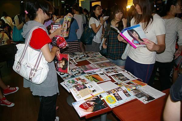 06-展覽區另一頭有很多報導的雜誌.jpg