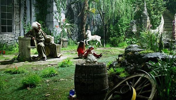 劇照09-帕可與爺爺在庭園中讀繪本