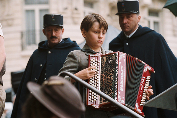 Maxence Perrin飾演被迫離開父親的兒子約約