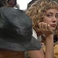 Nora Arnezeder飾演美麗的歌舞女郎杜絲