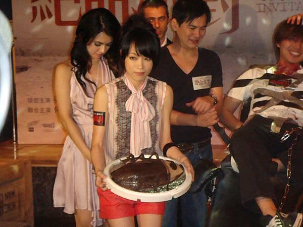 0415-女主角朱蕾安手拿蟑螂蛋糕!
