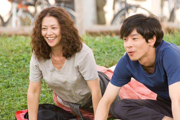 角色介紹-加瀨亮(左)飾演與麻子意外相識的愛貓男子