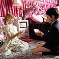 劇照05-尼古拉與心愛女孩玩辦家家酒