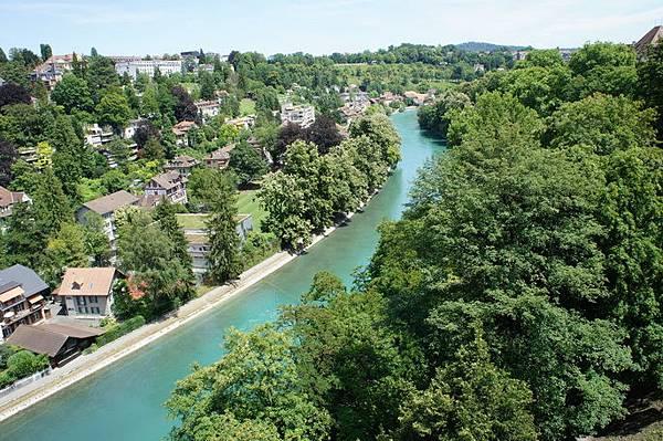 瑞士的河流通常都可以直接下去玩水 除非有標示 不然自由的勒~