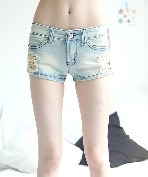 刷破石洗翹臀牛仔短褲-淺藍