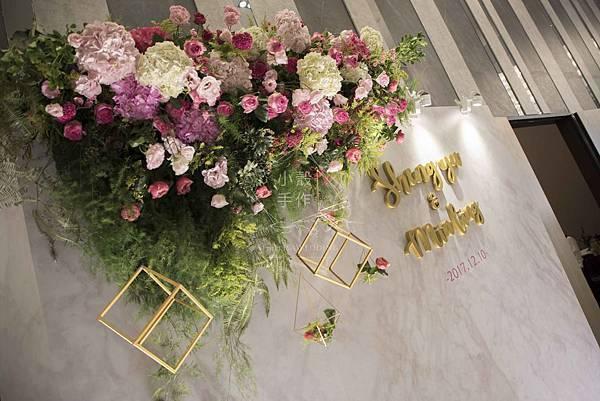 彭園婚宴會館拍照區背板懸掛花