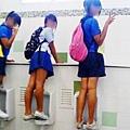 女生站在尿斗上