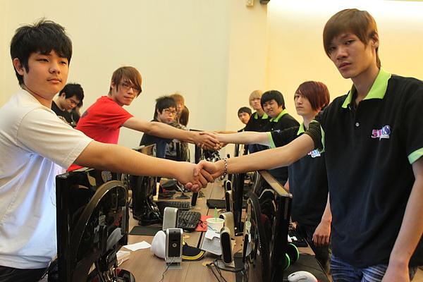 決賽之一:(左)異次元代表隊  VS  (右)1314代表隊