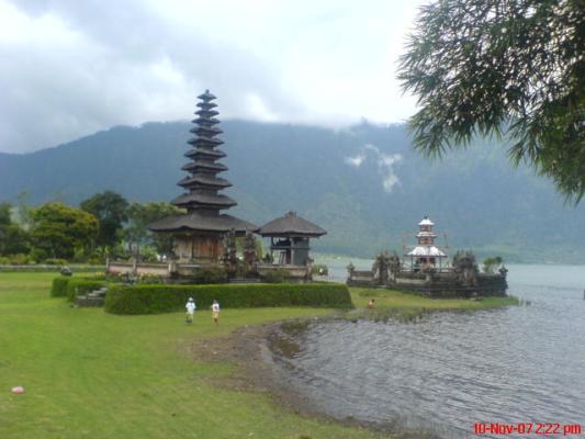 p.bali~ulun danu (lake temple).JPG