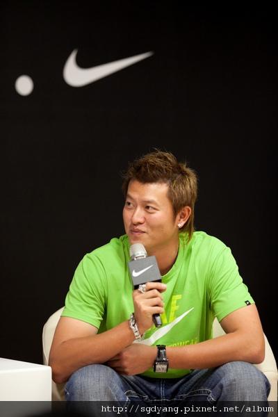 王建民於「Nike王建民媒體見面會」上與媒體近距離互動,開心分享回台心情.jpg