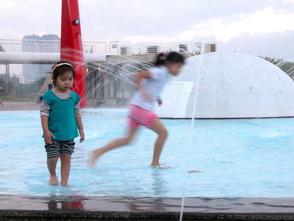 可愛的小女孩在玩水