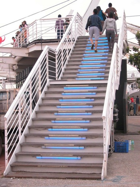 用七彩燈光裝飾的階梯