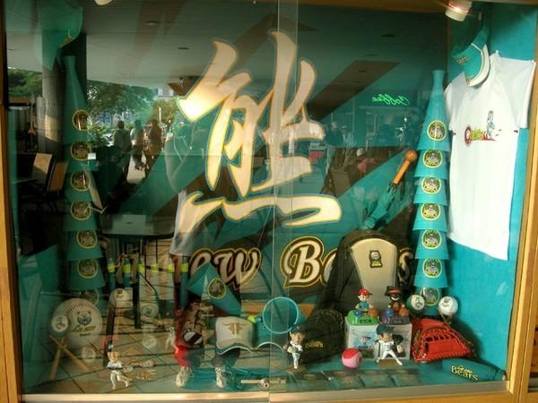 熊隊商品展示櫃1