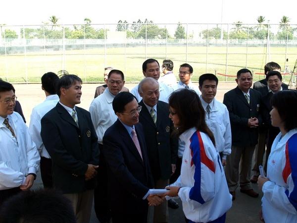 總統與選手一一握手加油