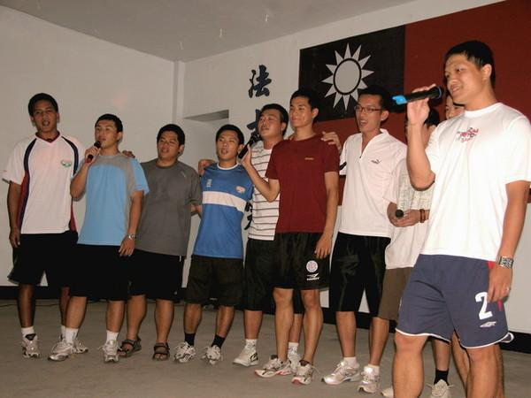學弟們一組組的表演