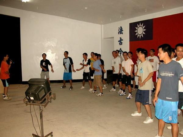 行政類的學弟帶動唱表演