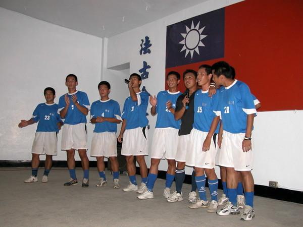 足球隊獻唱