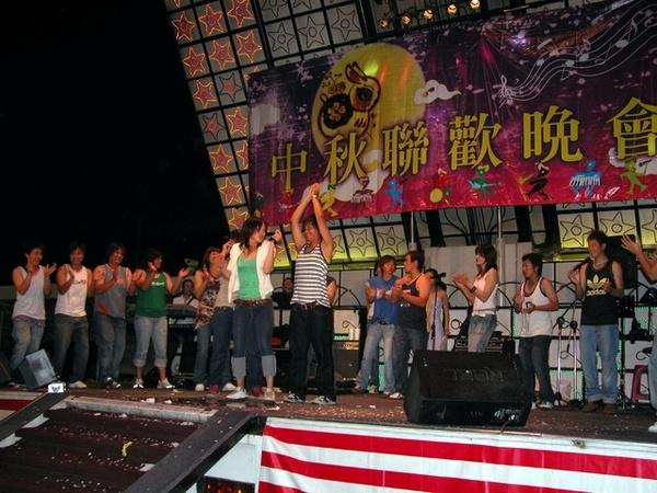 女壘隊上去唱歌跳舞