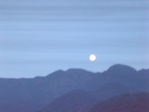 沿路上看到月亮出來囉