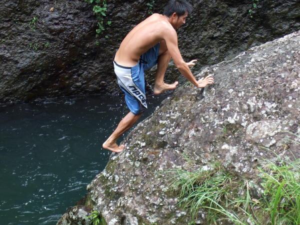 準備爬上去跳水囉~