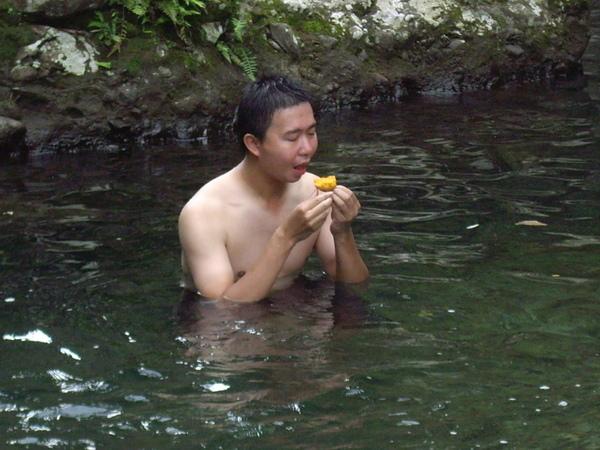 在水裡吃地瓜的鳥鵬 XD