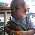 080608-可愛的大侄子昕哲在老媽攤子前