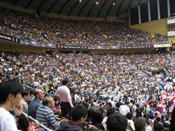 漸漸坐滿了    上面第二層看台是2500、1800、800的位置