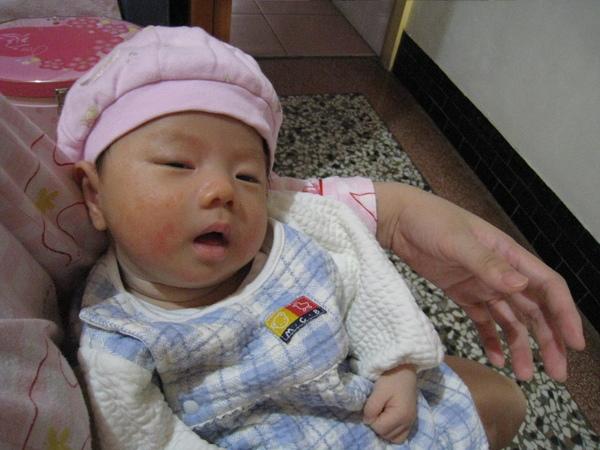 媽媽幫我戴帽子,可是我很想睡覺