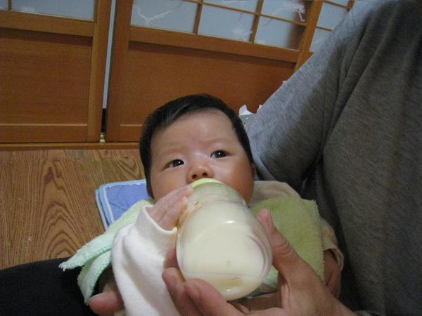練習用奶瓶喝奶奶,已經想要自己扶奶瓶了
