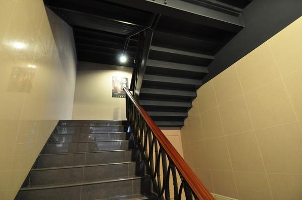 前往咖啡廳的樓梯