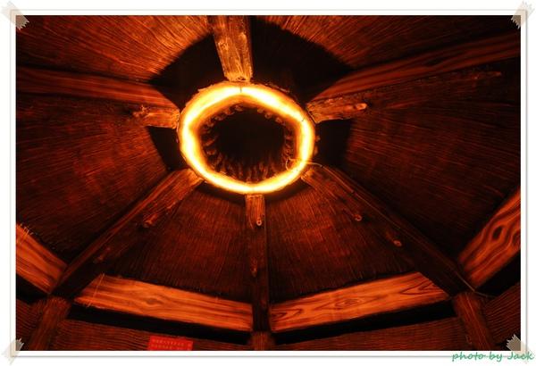 涼亭內部頂端的燈