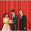 結婚還可以結到頒獎哩!! 哈哈