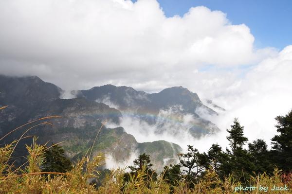 東峰頂的景色- 有彩虹喔~~