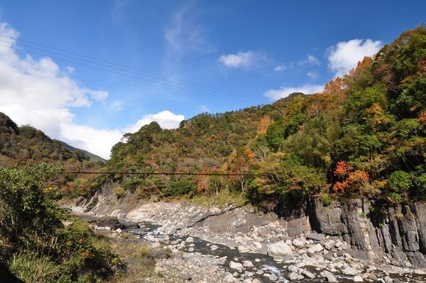 吊橋旁的山色3