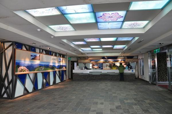 櫃檯-天花板燈飾也是雪花圖案