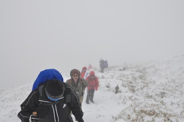 積雪越來越深 沿途跌了好幾跤