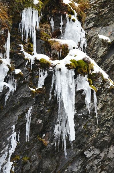 山崖間的冰柱