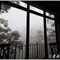 窗外山嵐瀰漫