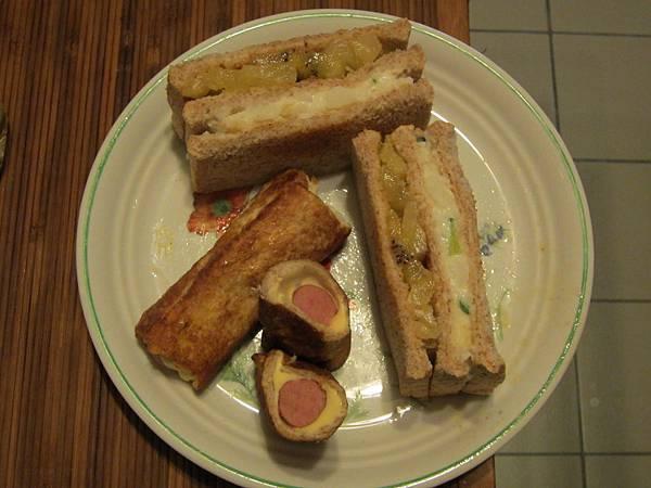 法式起士熱狗土司捲和水果馬鈴薯沙拉三明治.jpg