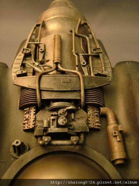 底部引擎的細部...