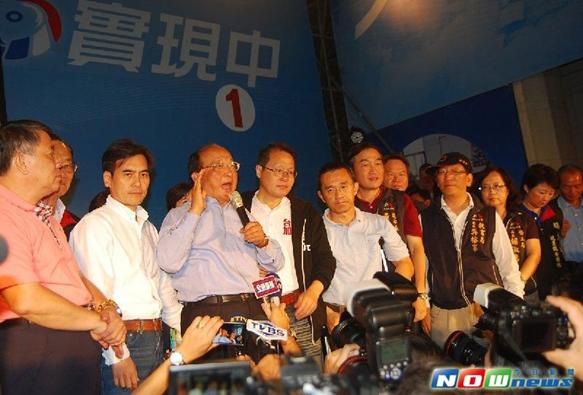 2014年11月30日胡志強承認敗選 選民抱頭痛哭.png