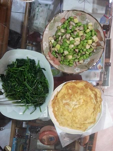 三盤菜:炒青菜、烘蛋、香菇筊白筍毛豆