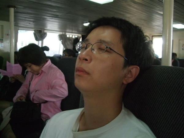 小宏上船就先睡~~