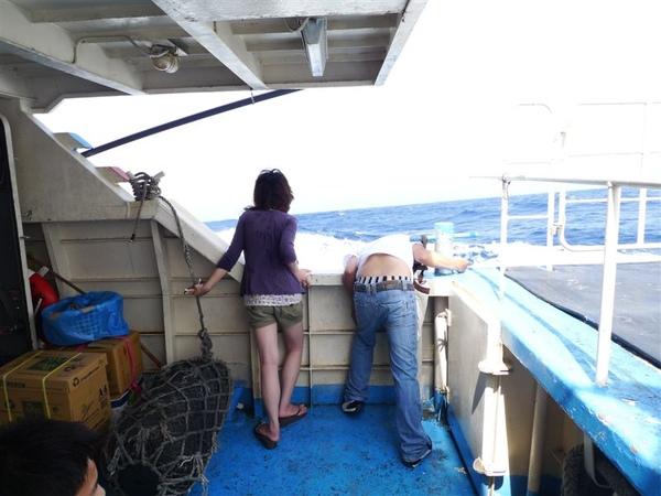 小宏說那個人從上船就一直掛在那裡往海浬吐..到了下船還在那裡~~